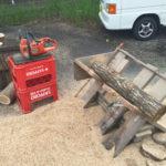ナラ薪:90cmの楢の原木を薪用に30cmに玉切りする